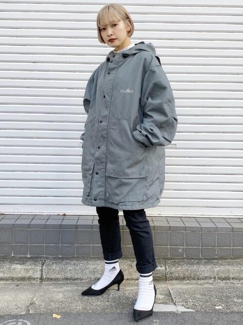 白の靴下×黒のパンプス×ロールアップデニム×グレーブルゾン