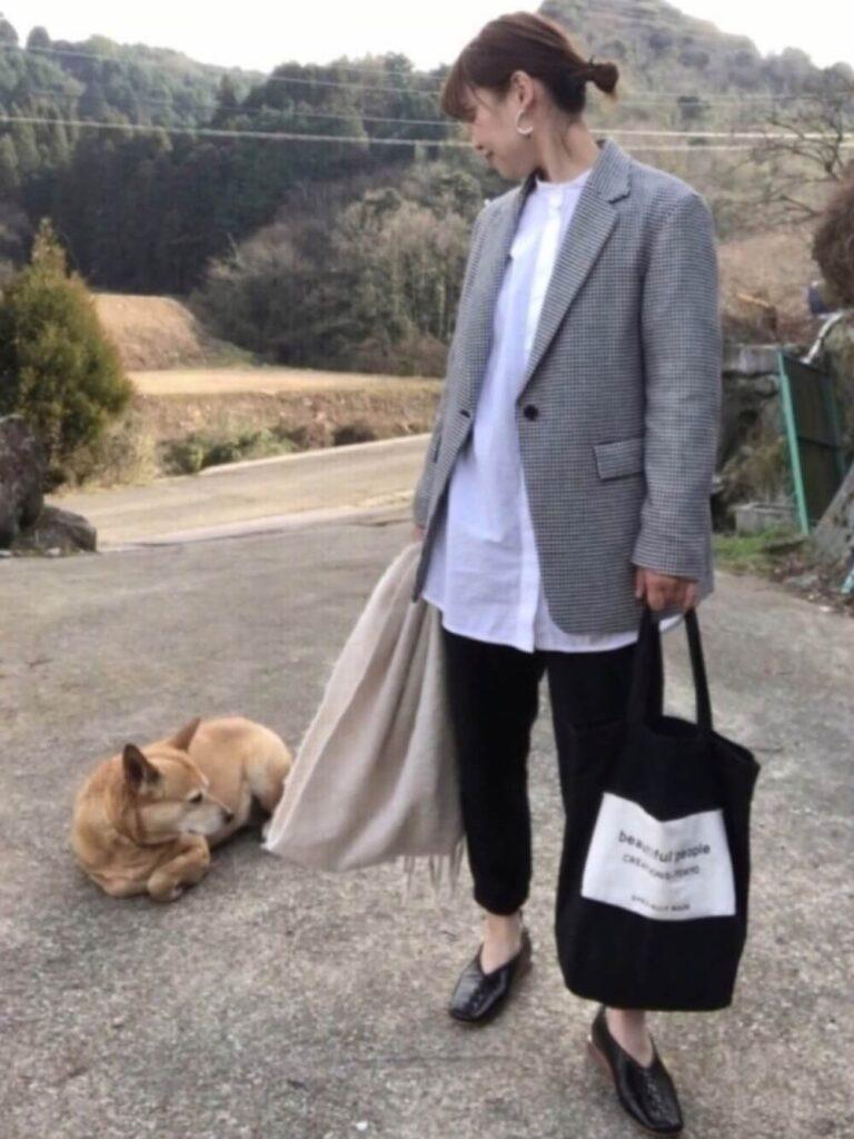 テーラードジャケット×白シャツ×GUのジョガーパンツの秋コーデ