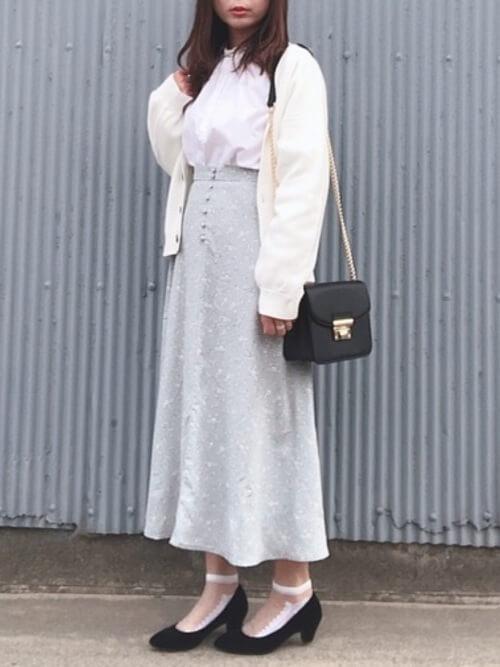 柄物の靴下×黒のパンプス×グレーのロングスカート×ピンクのブラウス×白のカーディガン