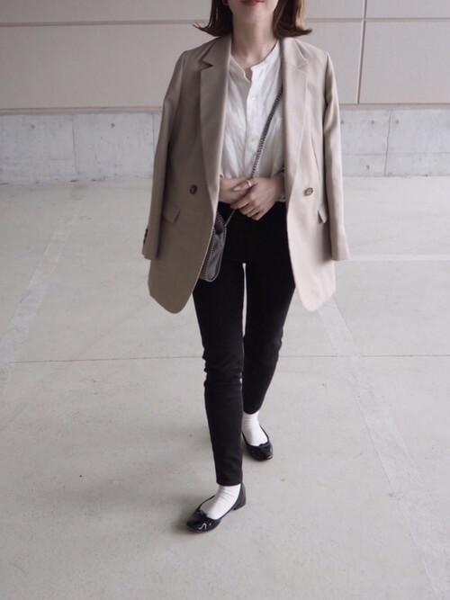 ブラックデニム×白のバンドカラーシャツ×ベージュのテーラードジャケット×黒のパンプス