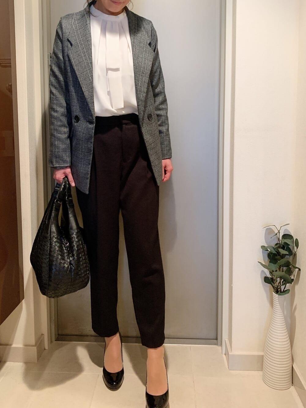 グレンチェックのテーラードジャケット×白のブラウス×黒のテーパードパンツ×ハイヒール