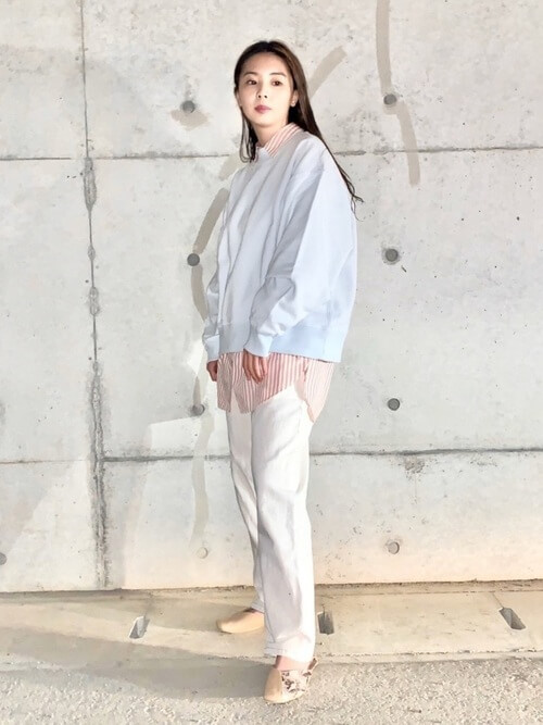 白のストレートデニム×トレーナー×ストライプシャツ×バイカラーパンプス