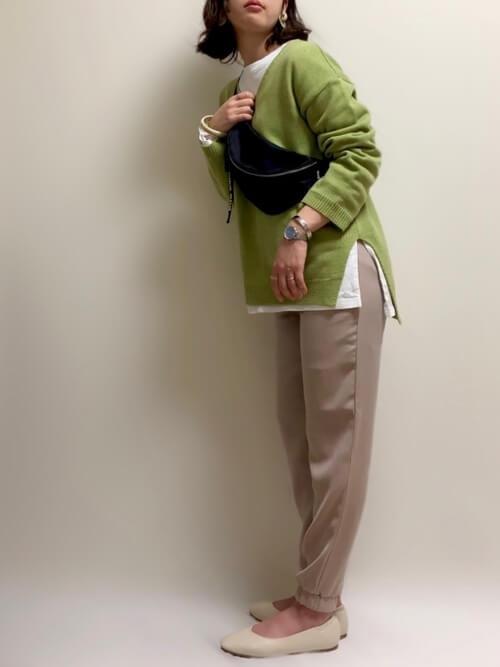 白のロンT×緑のニット×GUのジョガーパンツの秋コーデ