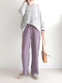 紫のスラックスパンツ×フラットシューズ×カラーニットのコーデ