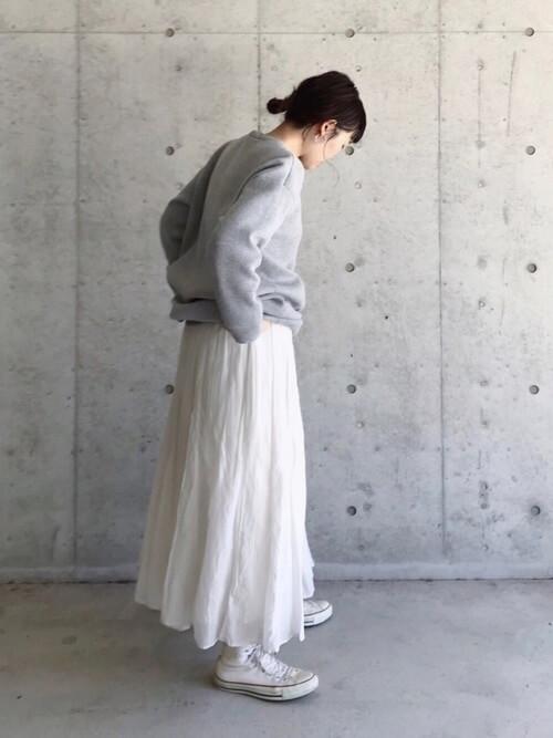 白の靴下×白のスニーカー×白のロングスカート×グレーにニットセーター