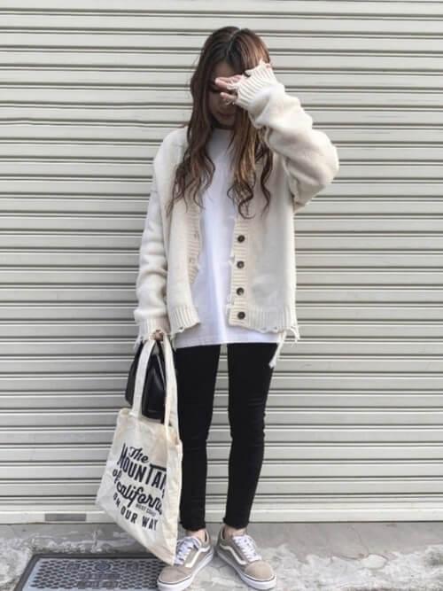 ブラックデニム×白の無地Tシャツ×白のカーディガン×ベージュのスニーカー