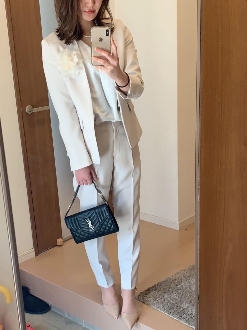 オフホワイトのテーラードジャケット×白のブラウス×ライトグレーのテーパードパンツ×ハイヒール