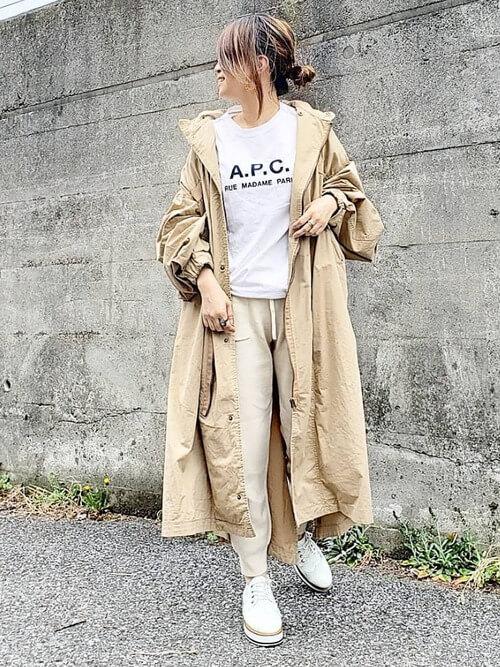 トレンチコート×Tシャツ×GUのジョガーパンツの春コーデ