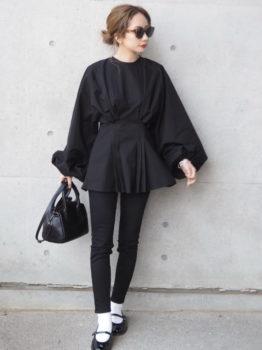 黒のブラウス×パンツ×ドレスシューズ