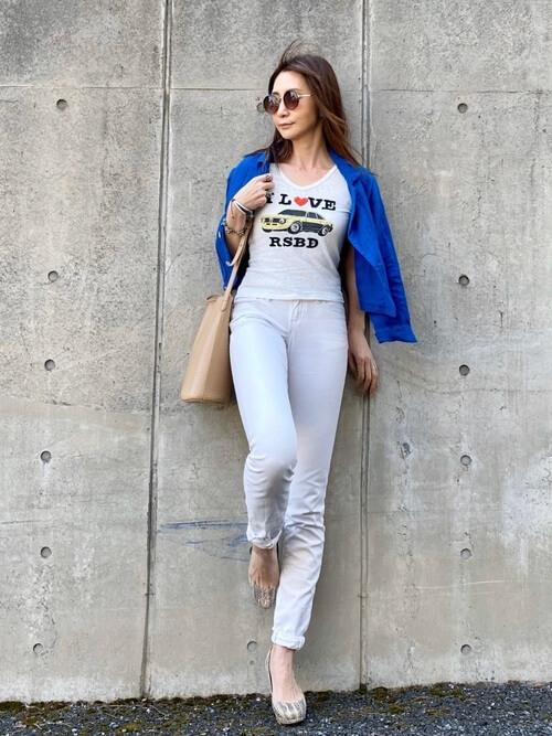 白のスキニーデニム×ロゴTシャツ×青のテーラードジャケット×グレーのパンプス