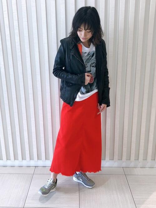 アトランティックスターズのスニーカー×アートTシャツ×黒のライダースジャケット×赤のロングタイトスカート