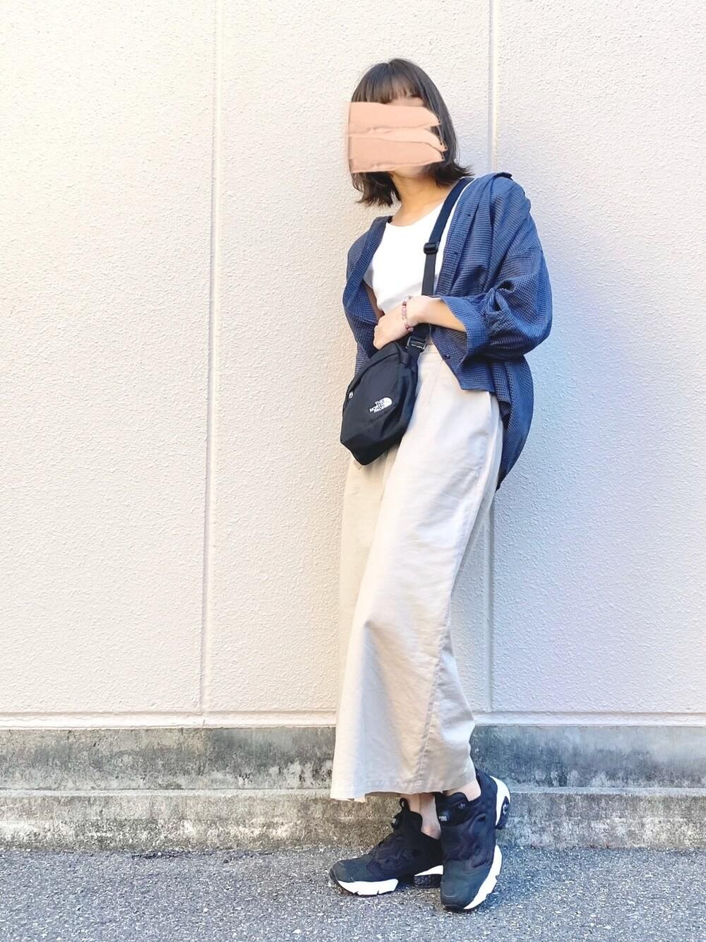 ポンプフューリー×ブルーのブラウス×白のノースリーブシャツ×Aラインスカート