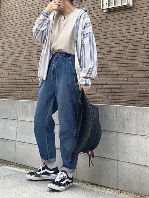 白の靴下×黒のスニーカー×デニムパンツ×キーネックTシャツ×ストライプシャツ