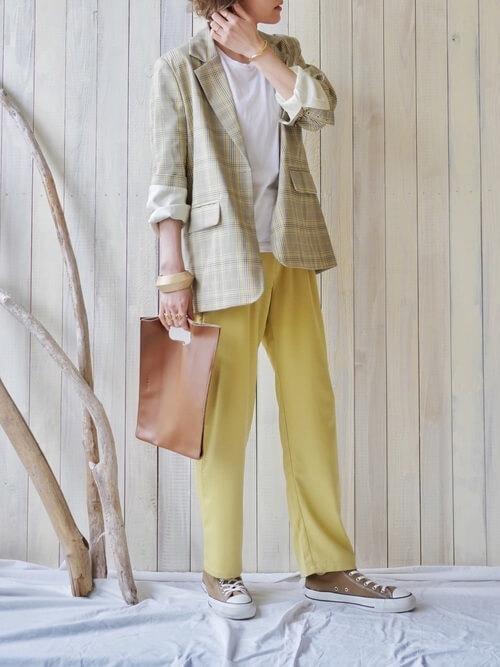 Tシャツ×黄色のパンツ×スニーカー×サマージャケットのコーデ