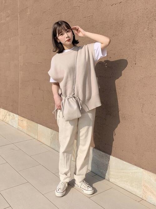 白のストレートデニム×白の無地Tシャツ×ベージュのニットベスト×白のスニーカー