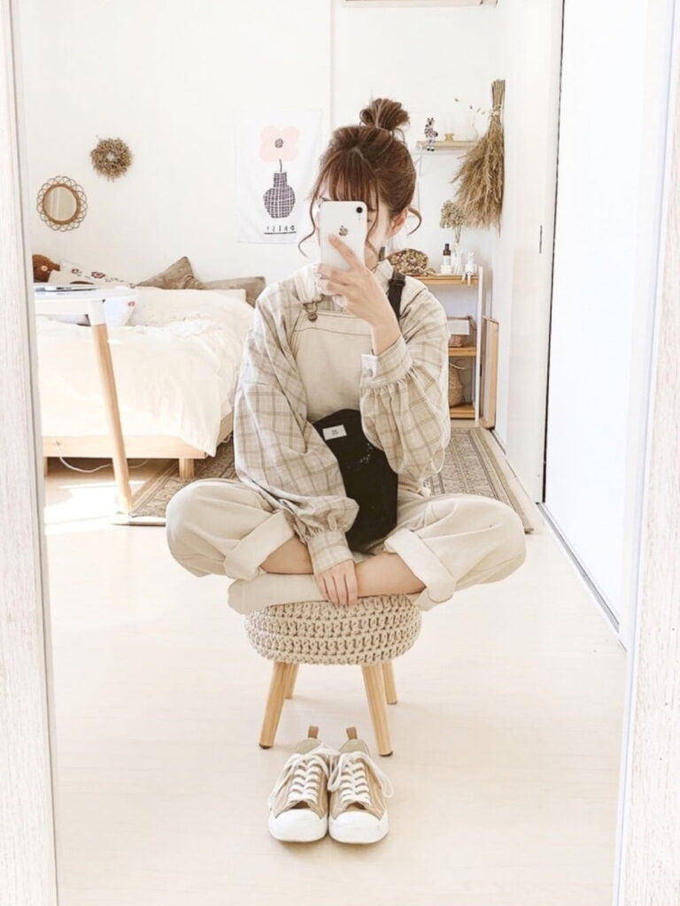白ソックス×サロペット×チェックシャツ×スニーカー