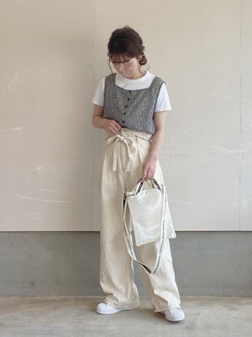 白のワイドデニム×白の無地Tシャツ×ビスチェ×白のスニーカー