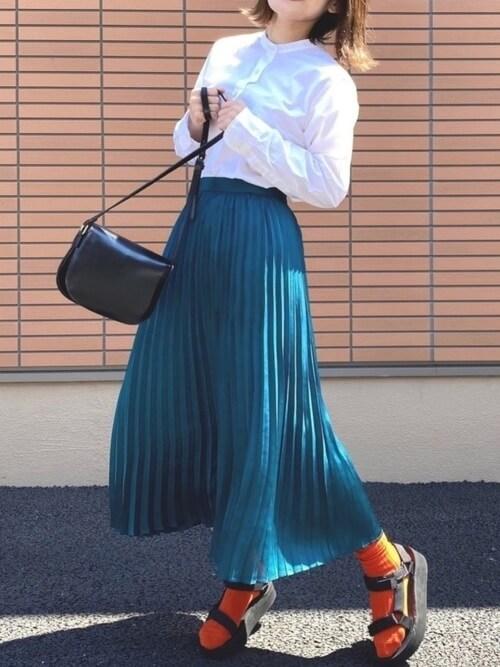 オレンジの靴下×スポーツサンダル×青のプリーツスカート×白のブラウス×黒のバッグ