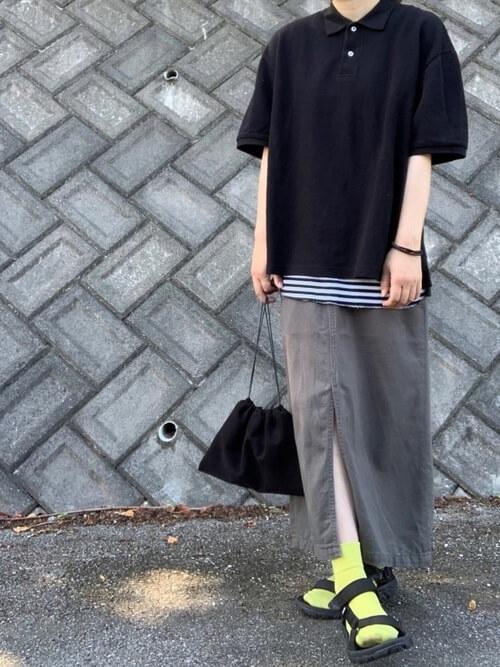 黄色の靴下×スポーツサンダル×ジャンパースカート×黒のポロシャツ×ボーダー