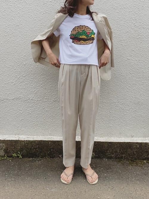 ロゴTシャツ×スラックスパンツ×サマージャケットのコーデ