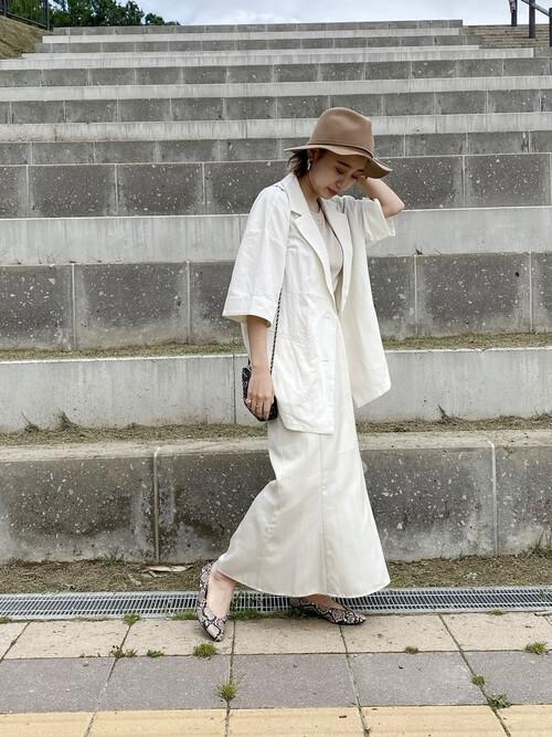 サマージャケット×ベージュのTシャツ×白のスカート×バイソン柄パンプス