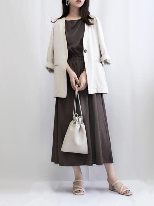 白のジャケット×ブラウンのワンピース×ベージュのサンダル×ベージュの巾着バッグ