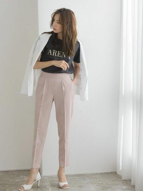 白のジャケット×黒のロゴTシャツ×ピンクのパンツ×白のパンプス