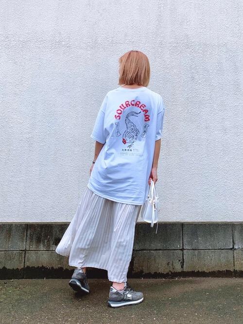 アトランティックスターズのスニーカー×ビッグロゴTシャツ×プリーツスカート×ショルダーバッグ