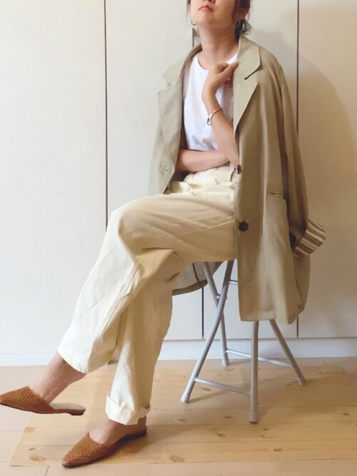 ベージュのジャケット×白のTシャツ×白のカーブパンツ×ブラウンのサンダル