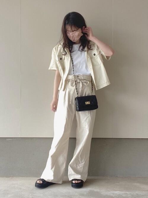 白のワイドデニム×白の無地Tシャツ×白のジャケット×黒のサンダル