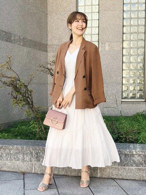 ブラウンのジャケット×白のVネックワンピース×バイソン柄のパンプス×ピンクのバッグ