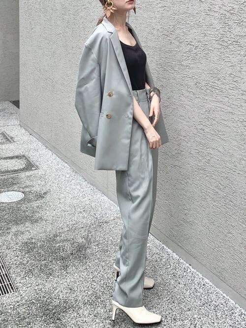グレーのジャケット×黒のキャミソール×グレーのパンツ×白のパンプス