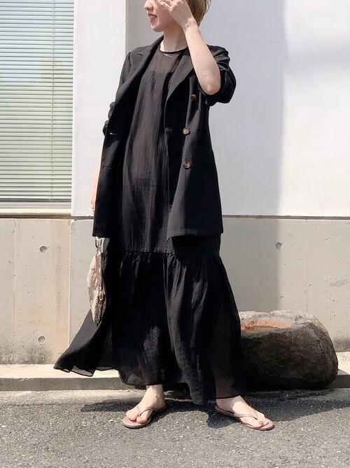 黒のジャケット×黒のワンピース×ベージュのビーチサンダル