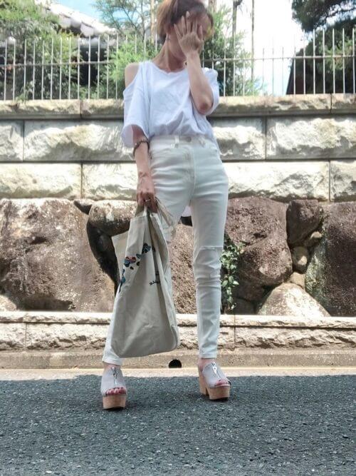 白のスキニーデニム×オープンショルダーTシャツ×厚ウエッジサンダル
