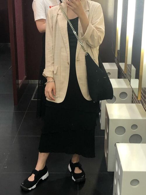 ミモレ丈ワンピース×スニーカーサンダル×サマージャケットのコーデ