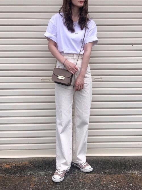 白のストレートデニム×白のロゴTシャツ×ベージュのスニーカー