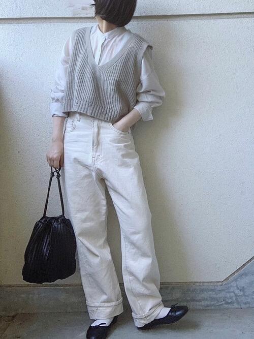 白のストレートデニム×バンドカラーシャツ×Vネックベスト×黒のパンプス