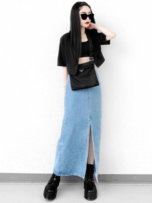 黒のジャケット×黒のタンクトップ×デニムのタイトスカート×黒の厚底ブーツ