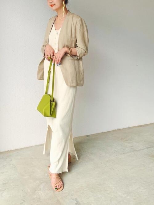 ベージュのジャケット×白のワンピース×ベージュのサンダル×グリーンのバッグ