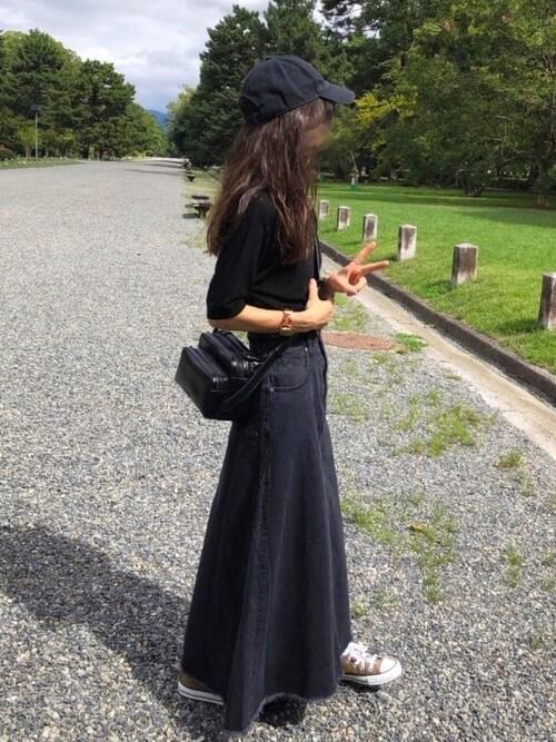 ブラックデニム×黒のTシャツ×ベージュのスニーカー×黒キャップ