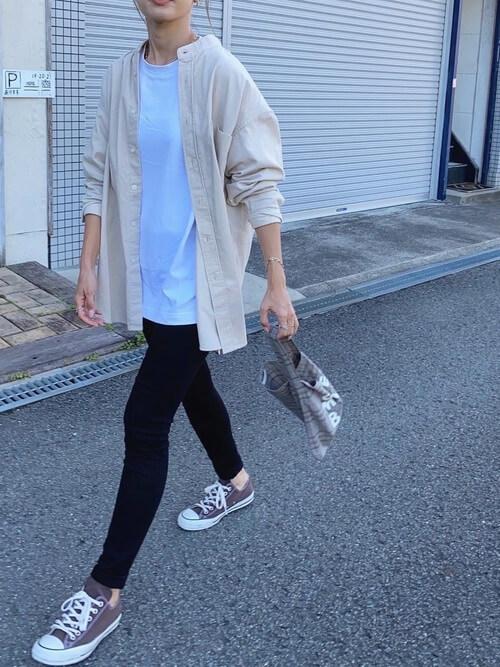 ブラックデニム×白のTシャツ×ベージュのバンドカラーシャツ×ブラウンのスニーカー