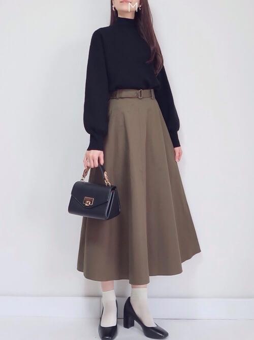 ベージュの靴下×黒の足袋パンプス×ブラウンのフレアスカート×黒のボリューム袖ニット