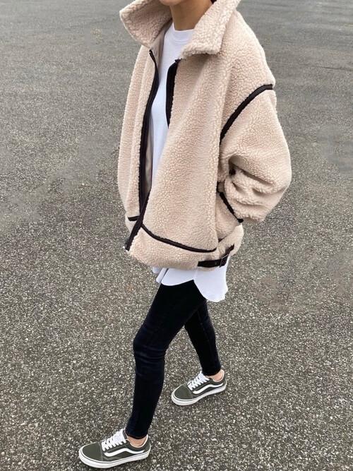 ブラックデニム×白Tシャツ×ベージュのボアジャケット×ブラウンのスニーカー