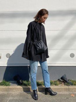 黒のブラウス×デニムパンツ×ブーツ