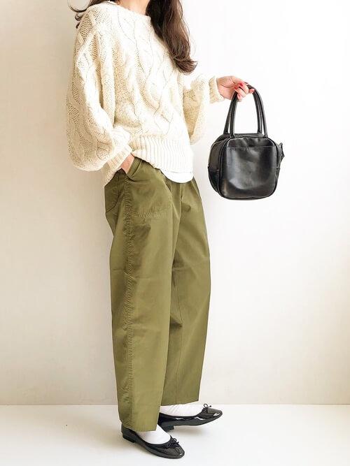 白の靴下×黒のパンプス×カーキのパンツ×ニット×黒のバッグ