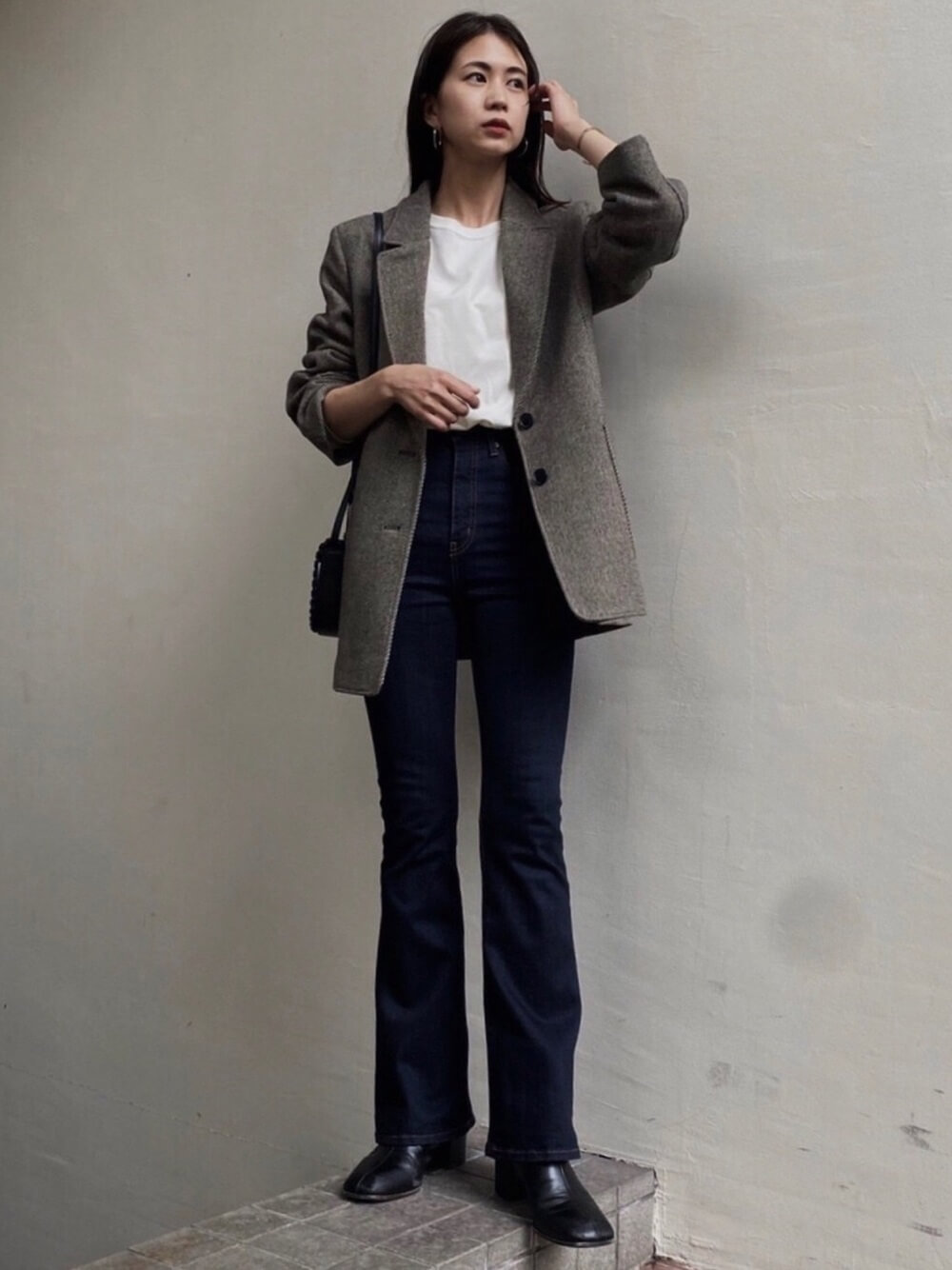 ベージュのテーラードジャケット×白のロンT×デニムのフレアパンツ×黒のブーツ