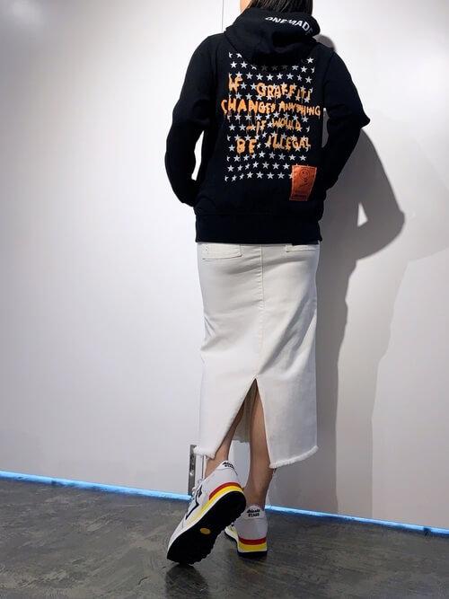アトランティックスターズのスニーカー×黒のデザインパーカー×白のスリット入りタイトスカート