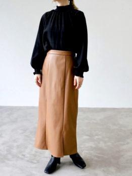 黒のブラウス×スカート×ブーツ