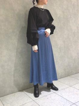 黒のブラウス×プルオーバー×スカート×ブーツ