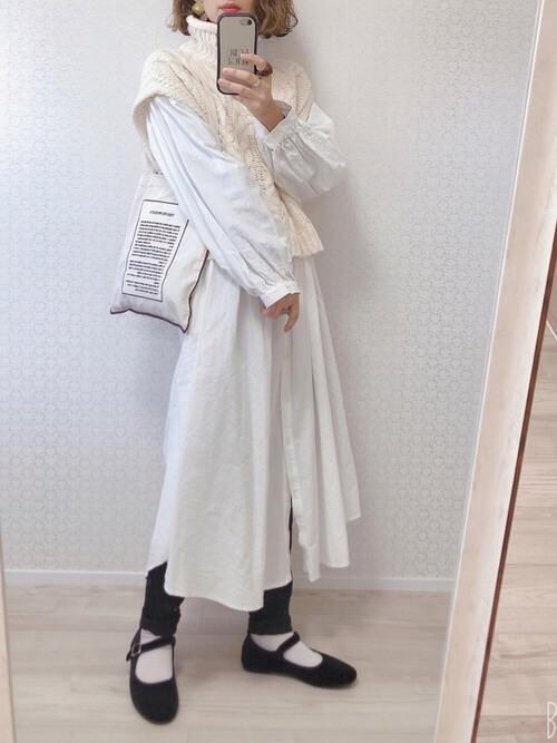 ブラックデニム×白のシャツワンピース×タートルネックベスト×パンプス